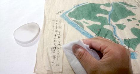 作業例1:乾式クリーニング 資料の表面についたホコリや汚れをスポンジや柔らかい布で取り除きます